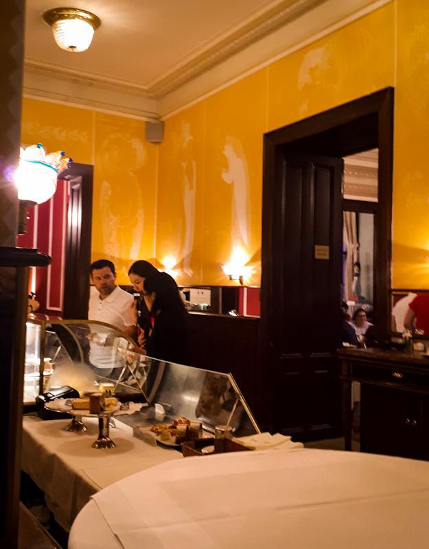 W oczekiwaniu na stolik . Cafe Demel