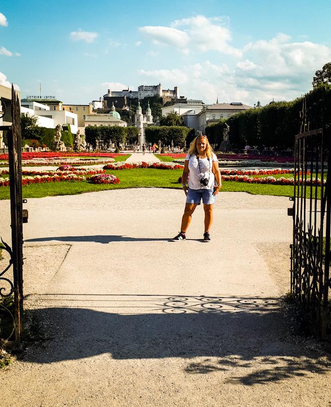 Ogrody przy Palacu Mirabel za mna wzosi sie twierdza Hohensalzburg