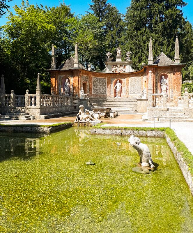 Piękne kuszące widokiem fontanny Zamku Hellbrunn