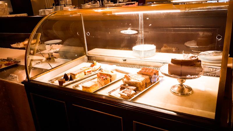 Witryna z ciastami . Cafe Demel