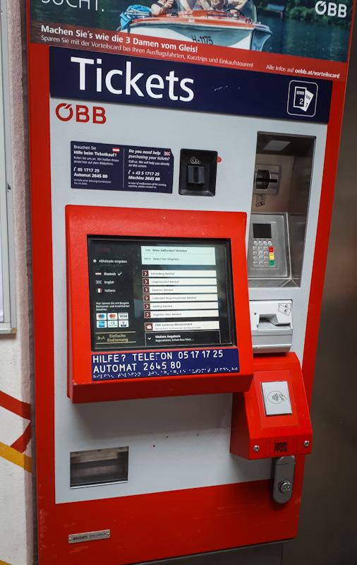 Automat do biletów , znajduja sie prawie na kazdej stacji metra .
