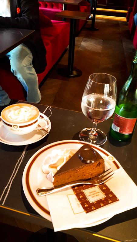 Małt stoliczek , piekna zastawa , Sacher torte , kawa